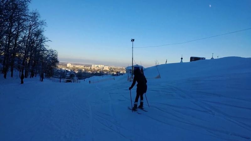 Катаюсь на горных лыжах)