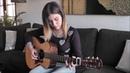 Девушка прекрасно играет на гитаре 2018