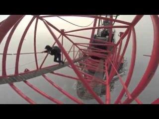 Парни поднялись на Шанхайскую башню (650 метров) - Это не реально круто.