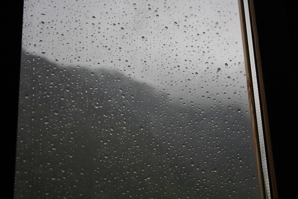 Проснулся от дождя. Тут вообще очень скучно, поэтому я плохо помню, когда произошла эта фотография. До момента, когда выпал снег, после, до того, как я засыпал, а ветром сносило мой домик или после — не помню. Дождь и всё тут.