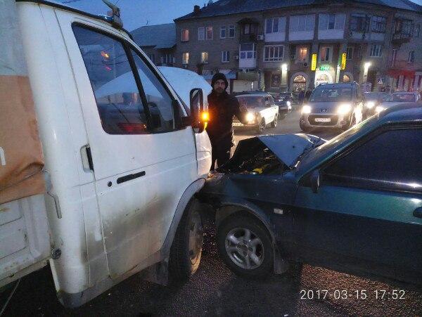В Харькове на перекрёстке столкнулись ВАЗ и Газель (ФОТО)
