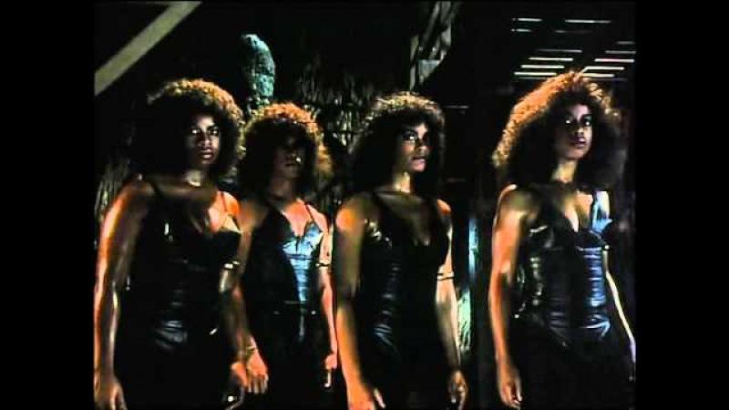 Драка Ястреба против женщин-убийц - Доспехи Бога / 1986