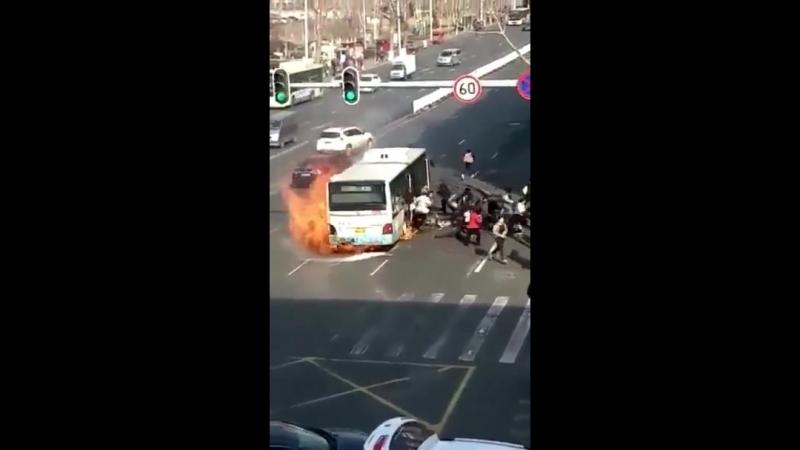 Бесконечное количество пассажиров спасаются из горящего автобуса