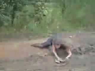 Пьяная девушка в луже и грязи