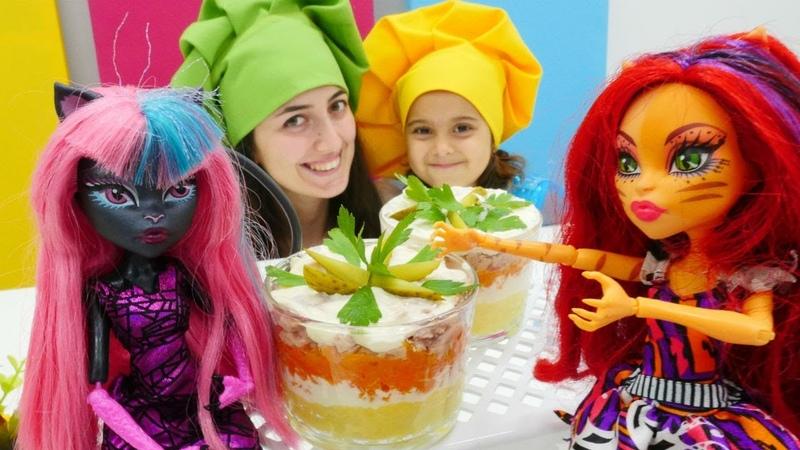 Monster High Mini Mutfak'ta ton balıklı renkli salata yapıyor