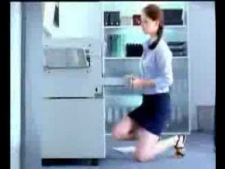 девушка в мини юбке залезла на ксерокс