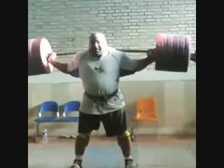 Можтабa Малаки приседает в наколенниках 430 кг