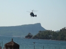 Вертолет тушит пожар