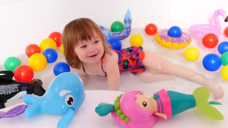 Su oyunları. Bianka oyuncak deniz kızı ve balina ile oynuyor.