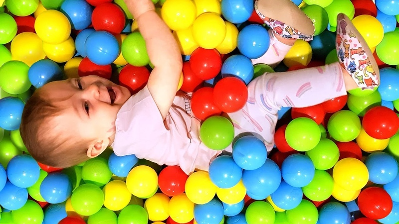 Çizgi film. Bianka top havuzunda renkleri öğreniyor. Güzel oyuncaklar