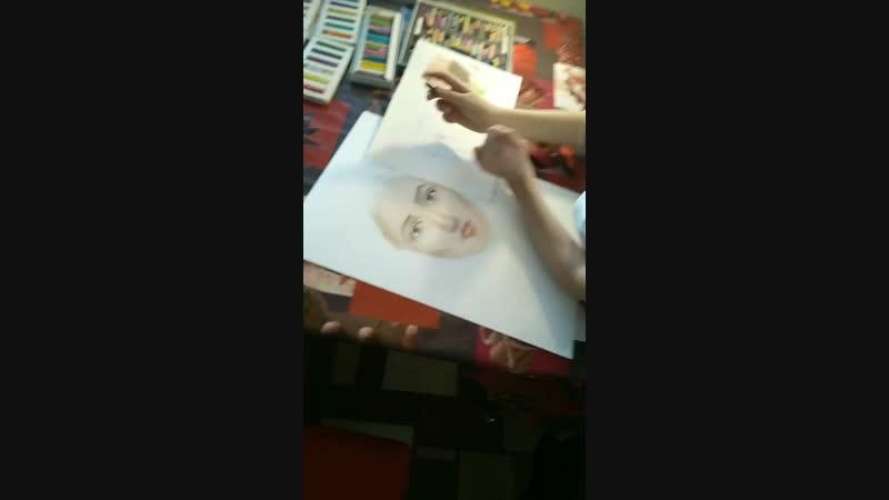 Алиса работает над портретом, пастель