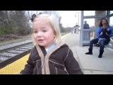 Реакция маленькой девочки на прибывающий поезд