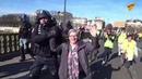 Un câlin jaune une manifestante saute au cou d'un policier pour l'enlacer