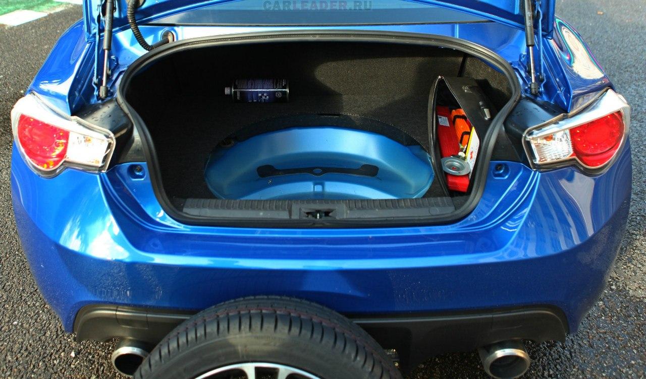 Шумоизоляции нет вообще. Зато есть полноразмерная запаска в виде кованого диска Subaru с шиной 215/45R17.