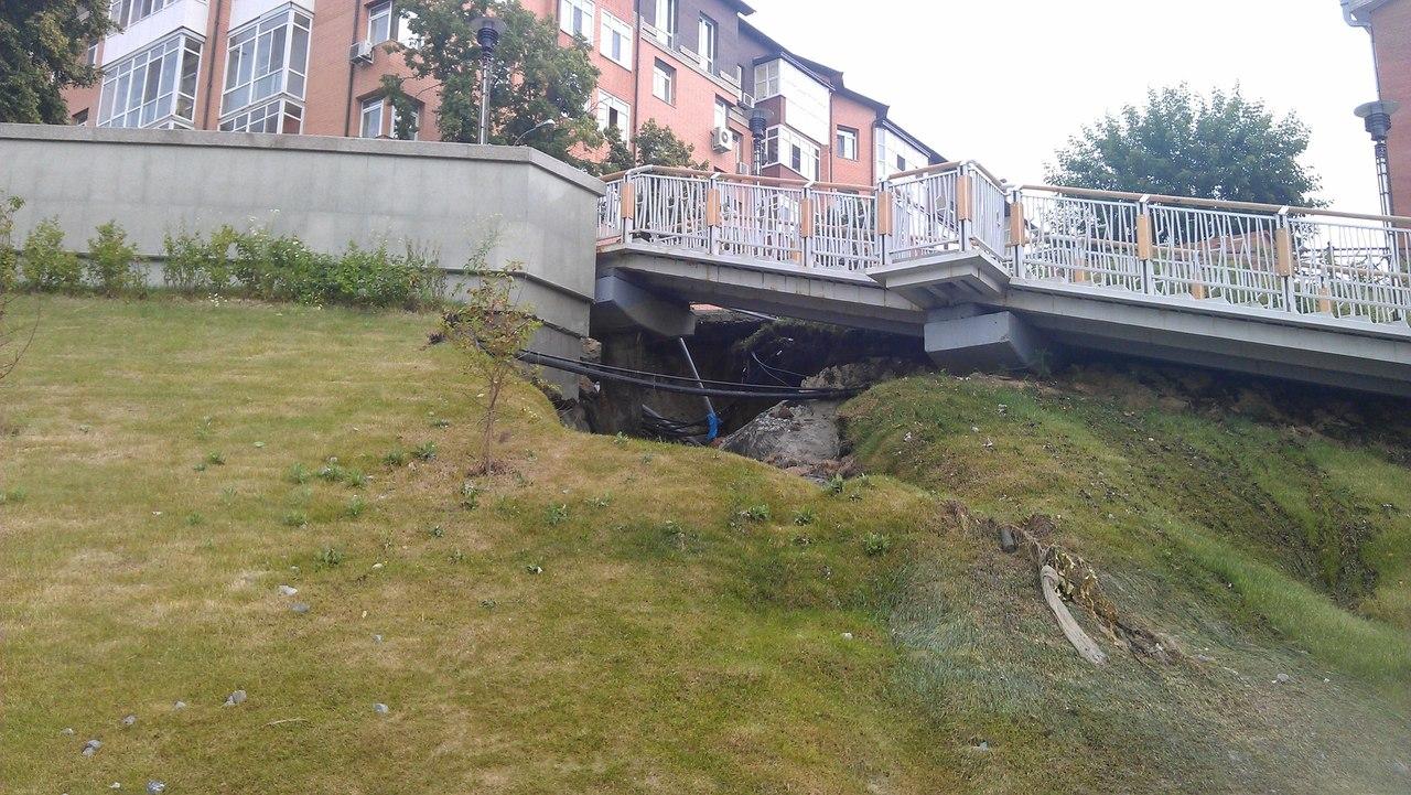 После сильного дождя провалилась брусчатка около набережной 4