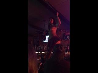 Лейла в баре?