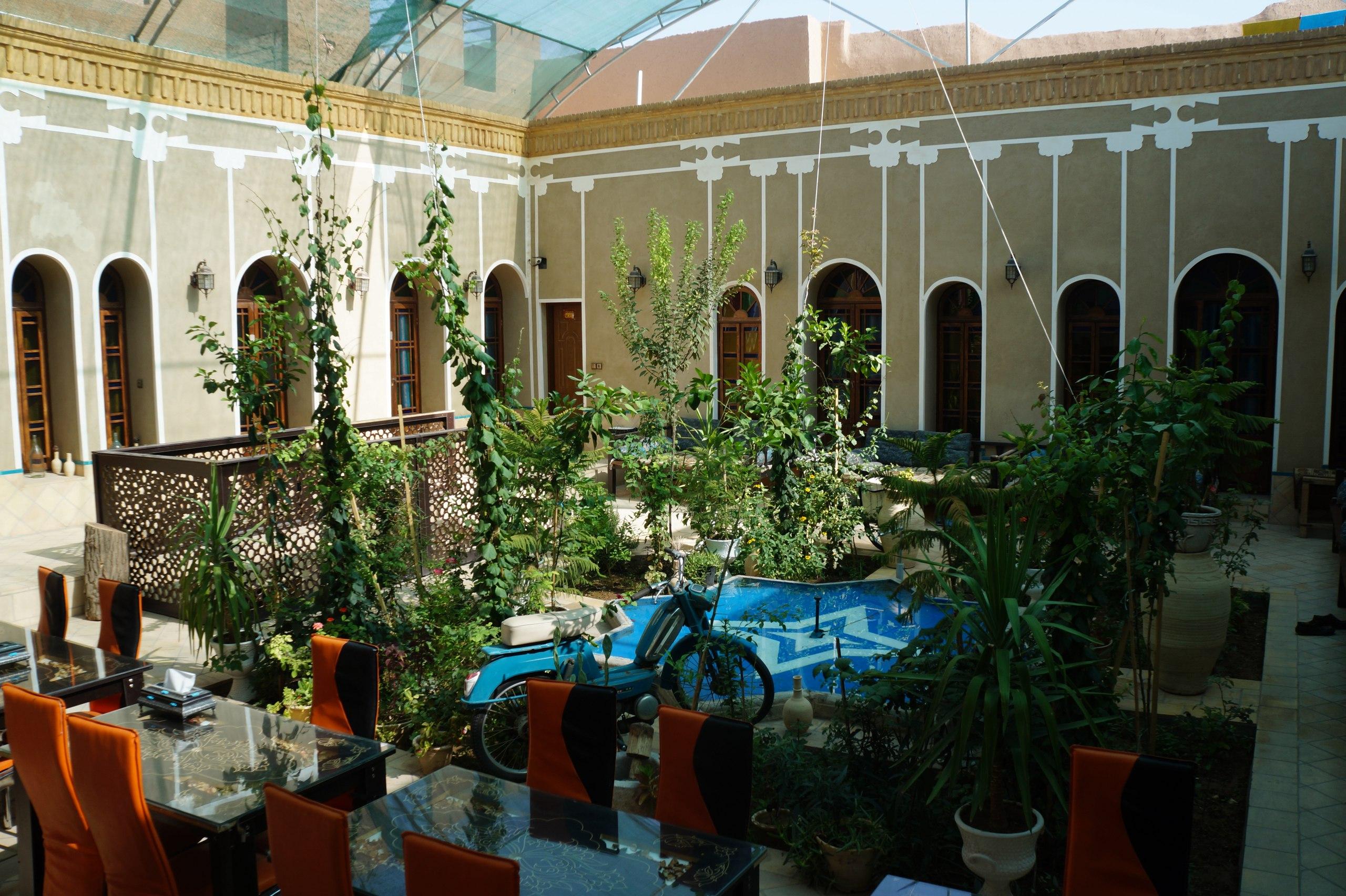 Типичный иранский караван-сарай, где останавливаются туристы