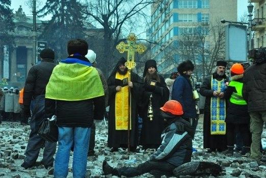 Молитва на Грушевского: православные священники просят стороны остановиться