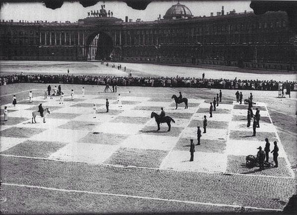 Игра в шахматы в Петрограде на Дворцовой площади.