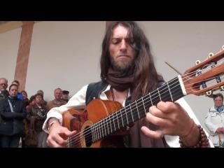 Ну очень круто играет на гитаре