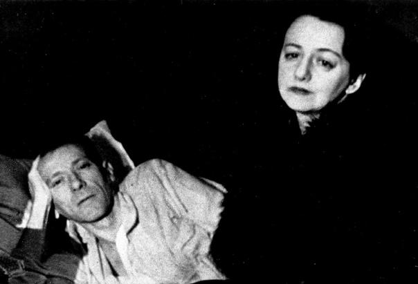 Последнее фото Михаила Булгакова. Ослепший, с температурой 42 градуса, он продолжал диктовать жене исправления к «Мастеру и Маргарите»,