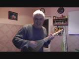 Мужик на кухне напевает песню, весёлое видео