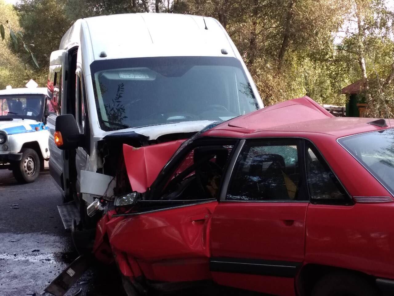 В Железногорском районе в столкновении легковушки и микроавтобуса погиб человек