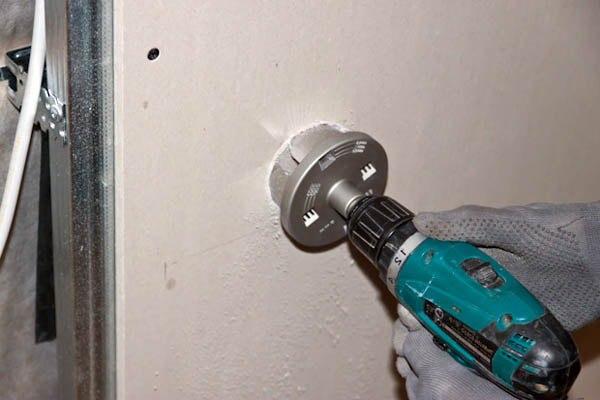 Как сделать отверстие для розетки в стеновой панели