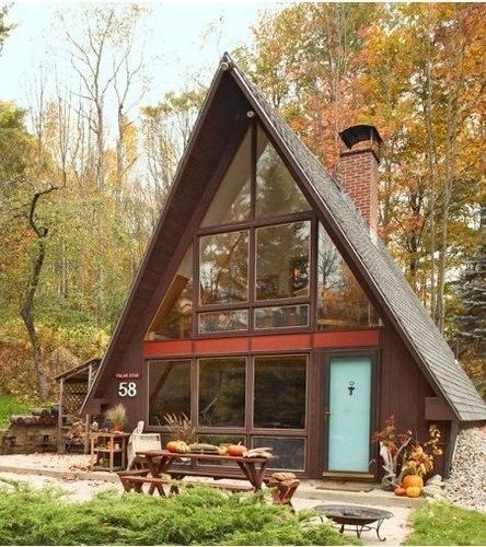 Уютный маленький домик с двускатной крышей.