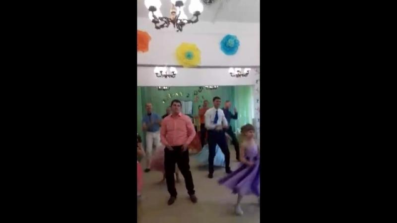 танец пап с дочками на выпускном!