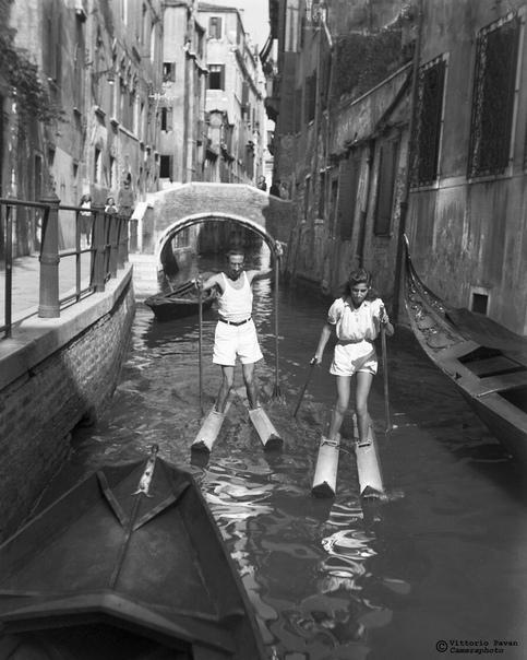 Джейн Фонда, Шон Коннери, Софи Лорен, Эрнест Хемингуэй, Сальвадор Дали, гуляющие по улицам слоны, катающиеся на водных лыжах гламурные женщины всё это в уличных снимках из Венеции середины