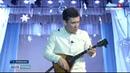 Пермский музыкант играет одновременно на трех балалайках