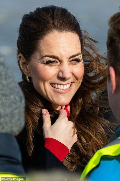 Кейт Миддлтон и принц Уильям приехали в Уэльс на встречу со спасателями Сегодня 38-летняя Кейт Миддлтон и 37-летний принц Уильям приехали с официальным визитом в Уэльс. В рамках поездки
