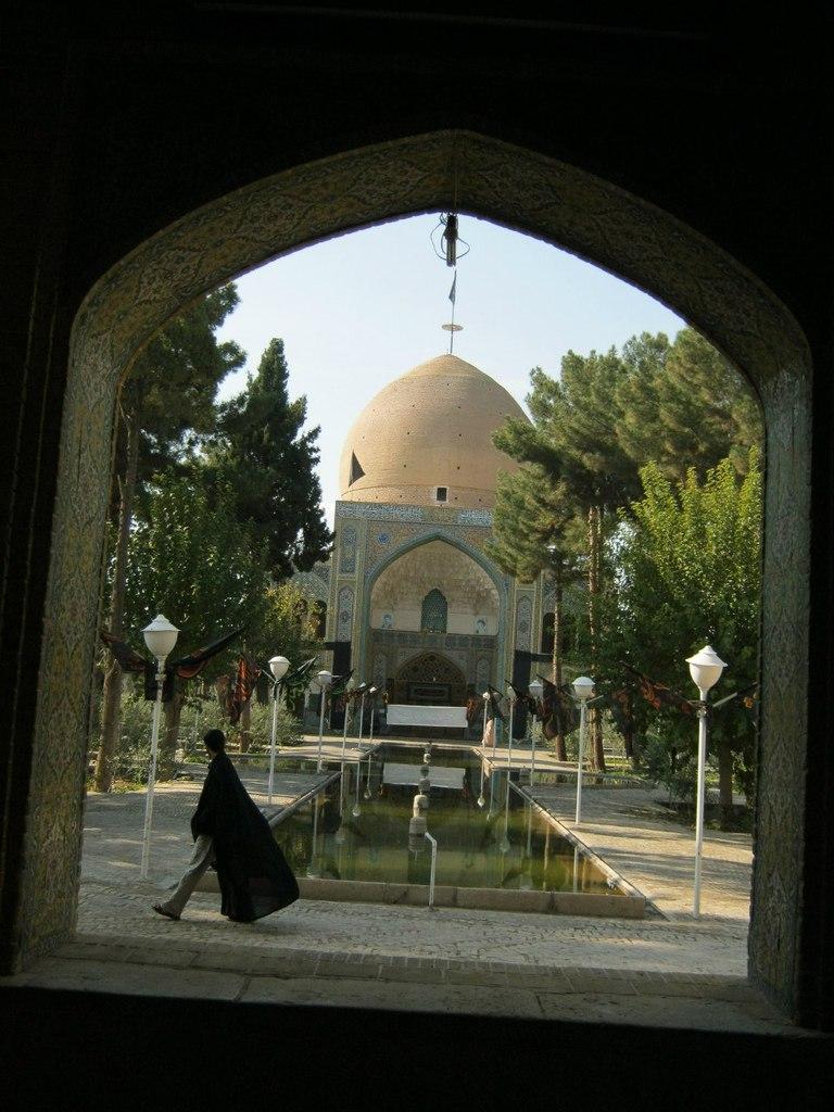 В древнем медресе в Иране