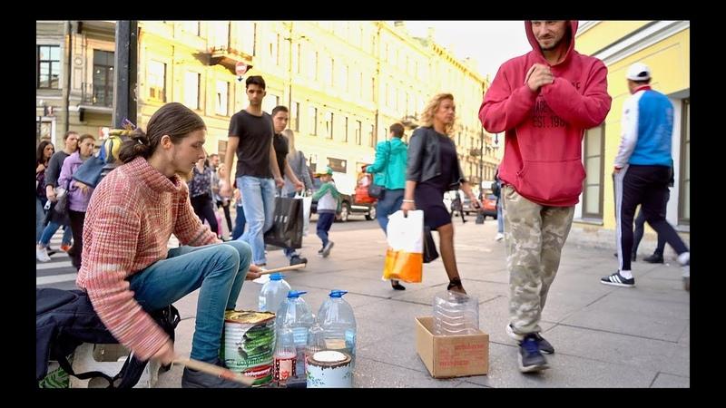 Уличный барабанщик в Петербурге. Street drummer playing on cans and bottles in St. Petersburg.