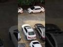 Otoparkta başkasına kızan bayan şoför bilerek arabaya çarpıyor