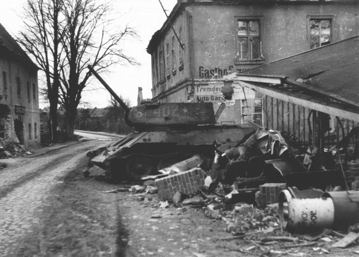 Сгоревший танк Т-34-85 № 402