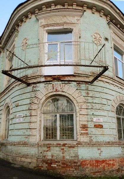 Здание библиотеки с отличным и функциональным балконом