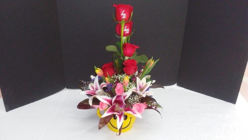Aprende a hacer un arreglo floral elegante en una carita feliz a todos les encantará.