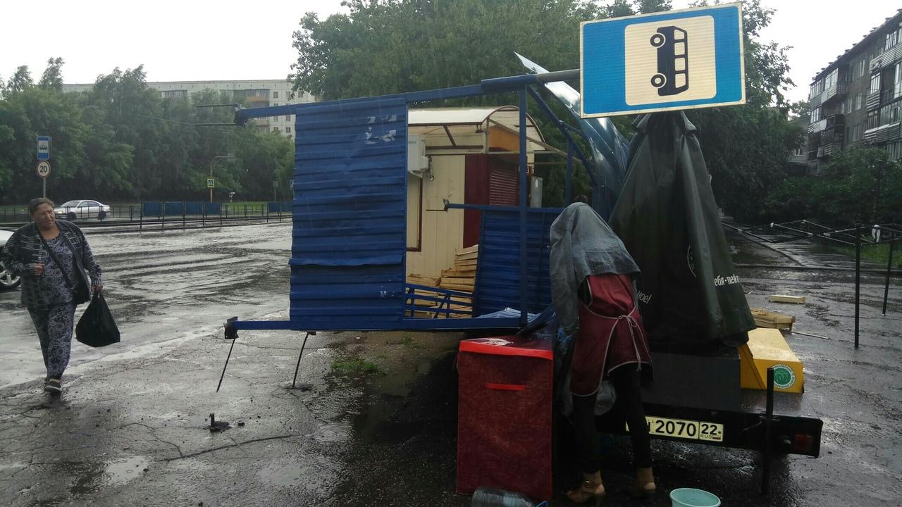 В Барнауле сильный ветер снёс остановочный павильон