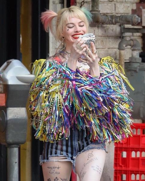 Марго Робби на съемках фильма Хищные птицы Жасмин Тукс, Лаис Рибейро, Шанина Шейк