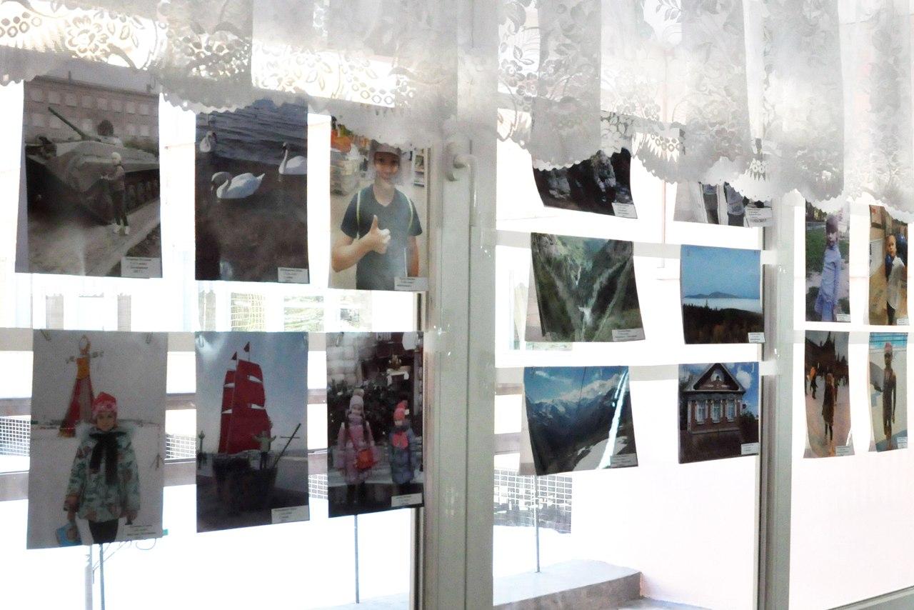 В фойе школе №4 организовали фотовыставку «Многогранная Россия»