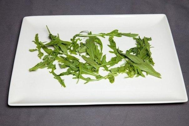 шикарный стейк-рибай что нужно: говядина (рибай стейк) 300350 гсоевый соус 20 гпармезан 5 гмасло оливковое 10 гпомидоры бакинские 80 груккола 15 гбальзамический крем 15 гчто делать: *
