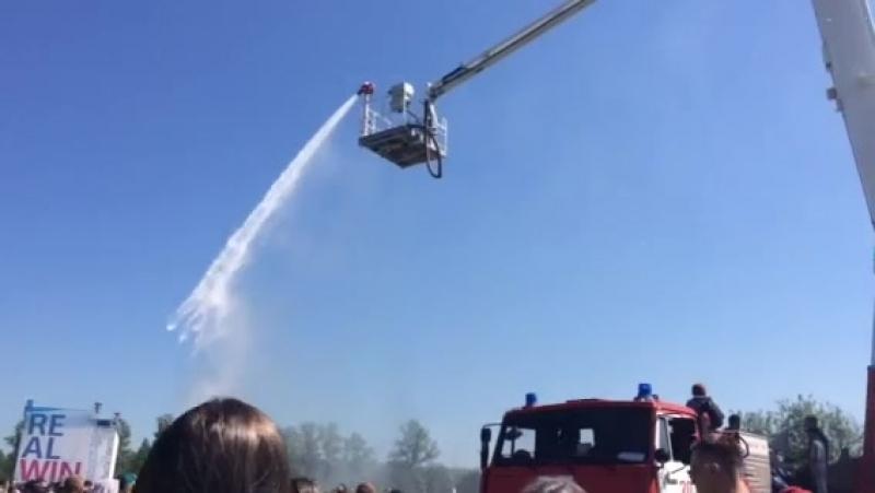 Пожарники помогают горожанам справиться с жарой!