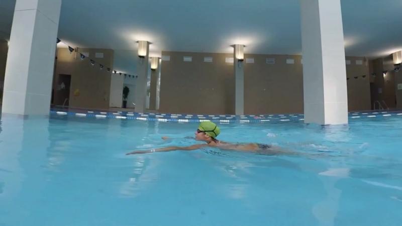 Плавать кролем, нырять под водой, прыгать с бортика с детьми - мама может плавать