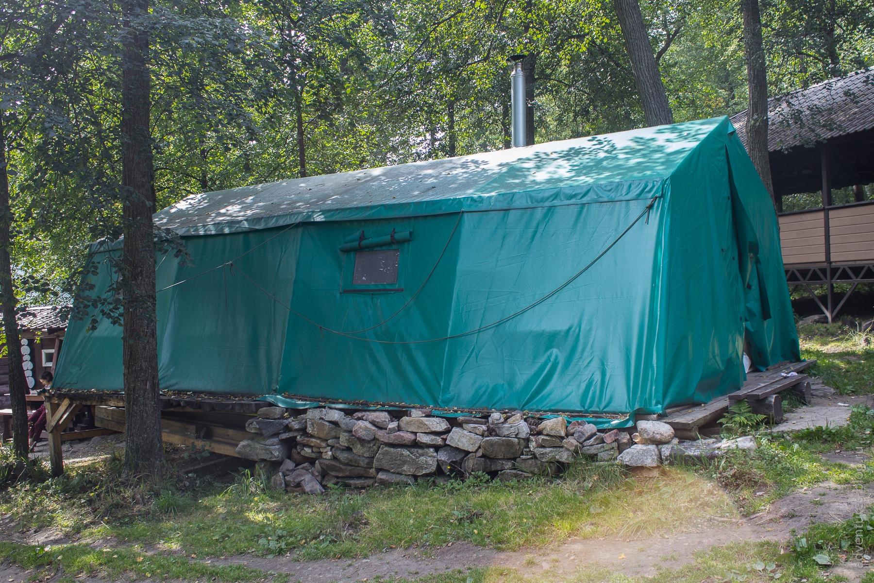 Еще один вариант проживания на приюте - отапливаемая палатка. То же что и домик но почти без окон.