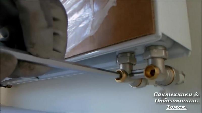 установка нового панельного радиатора отопления фирмы Kermi
