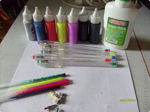 ВИТРАЖНЫЕ КРАСКИ СВОИМИ РУКАМИ Вариант 1 клей ПВА, гелевая краска из стержней Вариант 2 клей ПВА , пишевые красители (сухие или жидкие) В обоих случаях можете добавить блестки для красоты)