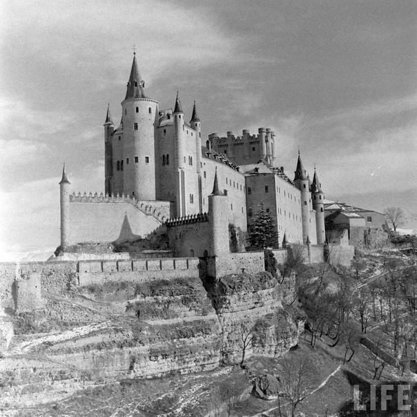 Замки Испании В средние века большей частью территории Испании владели арабы, которые вторглись в страну из Северной Африки в VIII веке. Только в конце XV века христиане смогли отвоевать