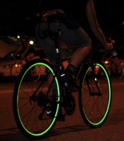 Классные доступные наклейки со светоотражателями на велосипед от Velosight. Можно легко создать свой индивидуальный дизайн, подобрать цвет, да и вообще смотрится довольно круто!